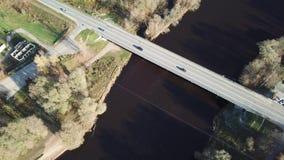 Autos auf Fluss überbrücken Luftder Draufsicht-Ansicht 4K UHD des brummens Video stock video footage