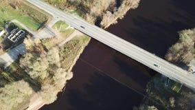 Autos auf Fluss überbrücken Luftder Draufsicht-Ansicht 4K UHD des brummens Video stock footage