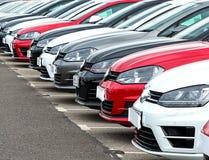 Autos auf Garagen-Vorhof Stockfoto