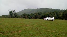 Autos auf Hügeln lizenzfreies stockfoto