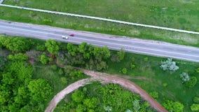 Autos auf Landstraße unter Feldern, Zeitlupe, von der Luft stock video footage