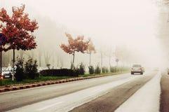 Autos auf nebeligem Wetter stockbild
