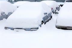 Autos auf Parkplatz während des Schneesturms Lizenzfreies Stockbild