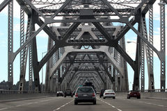 Autos auf Schacht-Brücke Lizenzfreies Stockfoto