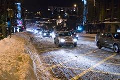 Autos auf schneebedeckter Straße in Bucharest lizenzfreie stockbilder