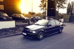 Autos auf Sonnenunterganghintergrund Lizenzfreies Stockfoto