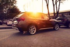Autos auf Sonnenunterganghintergrund Stockfoto