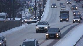Autos auf Straße im Winter stock video footage