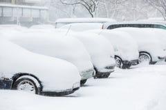 Autos bedeckt im Schnee auf einem Parkplatz Lizenzfreies Stockfoto