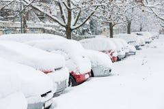 Autos bedeckt im Schnee auf einem Parkplatz Lizenzfreie Stockfotografie