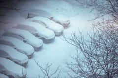 Autos bedeckt im Schnee auf einem Parkplatz im Wohngebiet DU Lizenzfreies Stockbild