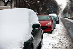 Autos bedeckt im Schnee nach Blizzard Stockbild
