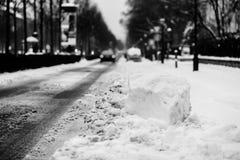 Autos bedeckt im Schnee nach Blizzard Stockfoto