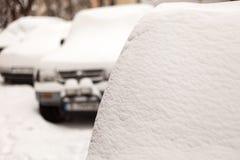 Autos bedeckt mit frischem Schnee Extreme Schneefälle in der Stadt Stockfotos