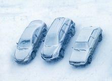 Autos bedeckt mit Schnee lizenzfreie stockbilder