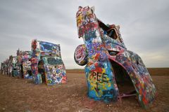 Autos begraben an Cadillac-Ranch, Amarillo, Texas stockfotos