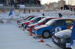 Autos beim Anfang der Konkurrenz auf der Eisspur Lizenzfreie Stockbilder