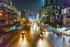 Autos bis zum Nacht auf einer Hauptstraße Lizenzfreies Stockfoto