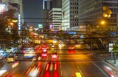 Autos bis zum Nacht auf einer Hauptstraße Lizenzfreie Stockfotos