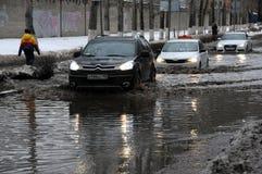 Autos in der überschwemmten Straße Lizenzfreie Stockbilder
