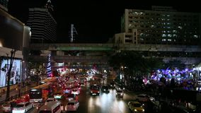 Autos der Videoaufnahmen-1920x1080 1080p HDV auf Lager auf der Autobahn, Nachtlichter von Bangkok, Ingenieurbauwerk BTS Skytrain  stock video footage