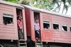 Autos des Personenzugs mit Leuten Lizenzfreie Stockfotos