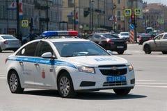 Autos des Verkehrspolizeipatrouillenverkehrs in St Petersburg Stockfotografie