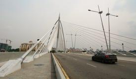 Autos, die auf der Brücke in Putrajaya, Malaysia laufen stockfoto