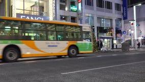Autos, die auf der Straße in Ginza, Tokyo, Japan laufen stock video footage