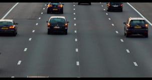 Autos, die auf Landstraße überschreiten stock video footage