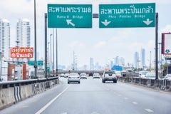 Autos, die auf Schnellstraßen in Bangkok bei Thailand laufen: am 16. April 2019 stockbilder