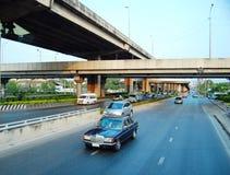 Autos, die auf Straße in Bangkok, Thailand laufen lizenzfreie stockfotos