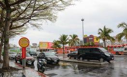 Autos, die auf Straße in Hualien, Taiwan laufen stockfotografie