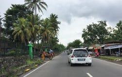 Autos, die auf Straße in Jogja, Indonesien laufen lizenzfreie stockfotografie