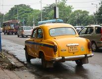 Autos, die auf Straße in Kolkata, Indien laufen lizenzfreie stockfotos