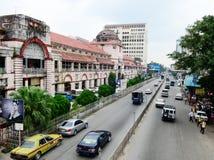 Autos, die auf Straße in Rangun, Myanmar laufen lizenzfreie stockbilder