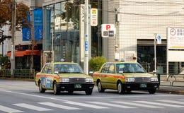 Autos, die auf Straße an Shinawa-Bezirk in Tokyo, Japan stoppen Lizenzfreie Stockfotografie