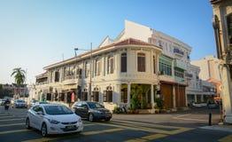 Autos, die auf Straße am Stadtzentrum in Penang, Malaysia laufen lizenzfreie stockfotografie