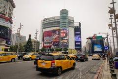 Autos, die auf Straße an Tamsui-Bezirk in Taipeh, Taiwan laufen lizenzfreies stockbild