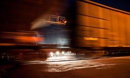 Autos, die am Bahnübergang das Führen des Zugs warten. Stockfotografie