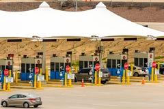 Autos, die durch eine Gebührenstation an Durchmesser herausnehmen Lizenzfreies Stockbild