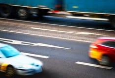 Autos, die entlang die Kreuzungen gehen stockbild