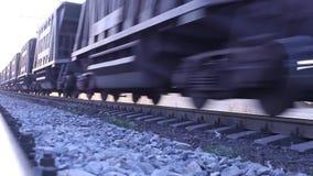 Autos, die Güterzug auf Schienen führen stock video footage