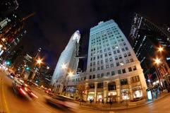 Autos, die hinunter Michigan-Allee in im Stadtzentrum gelegenem Chicago nachts - Fisheye hetzen Lizenzfreies Stockbild