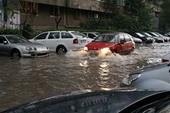 Autos, die throuth Wasser führen Lizenzfreie Stockfotos