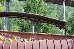 Autos, die unten auf La-Trace de Hourra-Achterbahn im Park Asterix, Ile de France, Frankreich gehen Stockfoto