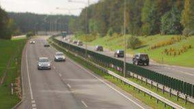 Autos, die unten auf Straße der Landstraße laufen Vier Richtung der Wege zwei Vilnius-Transportverkehr stock video footage