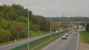 Autos, die unten auf Straße der Landstraße laufen Vier Richtung der Wege zwei Vilnius-Transportverkehr stock footage