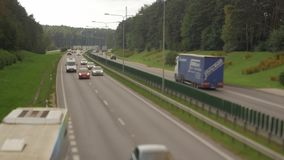 Autos, die unten auf Straße der Landstraße laufen Vier Richtung der Wege zwei Vilnius-Transportverkehr stock video