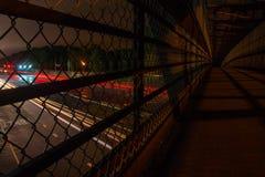 Autos, die unter Gehweg nachts überschreiten Stockfotos